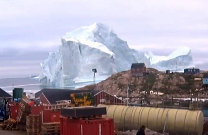 Η γιγάντια παγωμένη απειλή σε χωριό της Γροιλανδίας