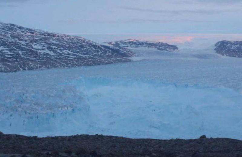 Η στιγμή που αποκολλήθηκε γιγάντιο κομμάτι παγετώνα στη Γροιλανδία